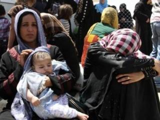 Мирные жители, спасаясь от насилия в иракском городе Мосул, в ожидании на КПП в окрестностях Эрбелы