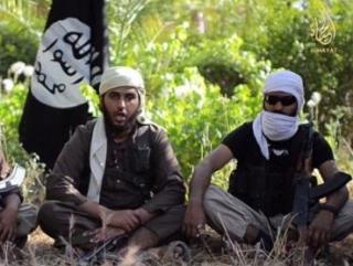 Один из братьев Мутхана на видео ИГИЛ (слева)