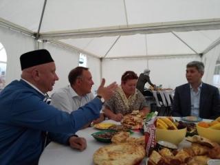Гости из администрации президента в шатре московского муфтията