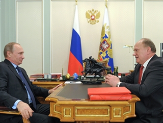 Путин с Зюгановым на фоне фигурки Чапаева