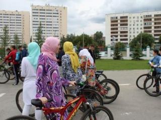 Велокросс стартовал у мечети «Ярдэм». На площадке перед мечетью собрались все неравнодушные к акции рамадана, среди которых было немало девушек в хиджабах