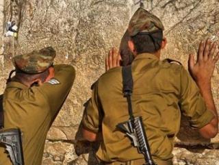 Тела израильтян были обнаружены в городе Хальхуль к северу от Хеврона. Движение ХАМАС отвергло обвинения в их гибели.