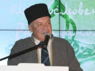 Вместе с другими гостями «Шатра Рамадана» Дмитрий Киселёв слушал чтение Корана