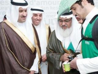 Принцу Фейсалу предлагают чашку кофе по традиции «сикайя»