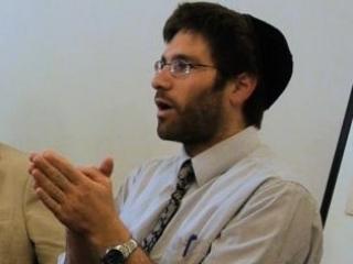 Натан Леви - раввин, держащий саум