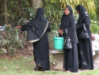 Имамы переоденут мусульманок из черных абай в цветные