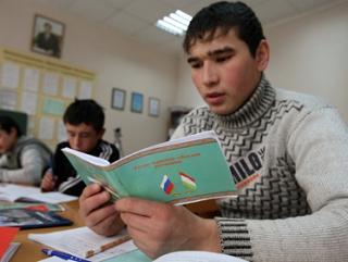 Мигрантов заставят учить историю и конституционный строй России