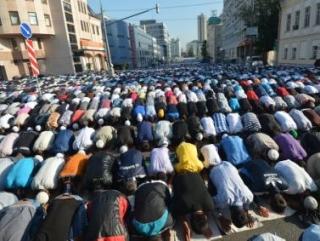 Мусульмане во время празднования Ураза-байрама в Москве у мечети на Выползовом переулке