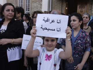 Демонстрация христиан и мусульман в Багдаде. В руках девочки плакат  на арабском языке, гласящий: « Я -иракец, я-христианин»