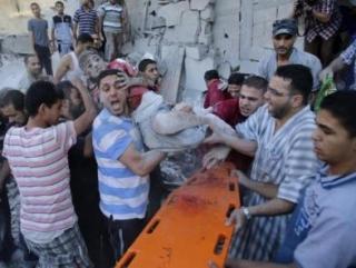 Спасатели вытаскивают ребенка из-под завалов. Фото: Аль-Джазира