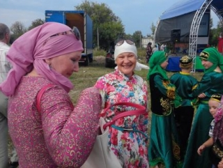 Наиля Фатехова (в центре) на фестивале в Уразовке
