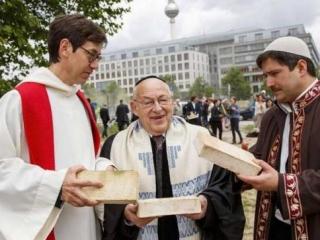 Cлужители трех религий с «закладными» кирпичами