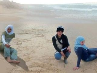 Три дочери д-ра Абуэльаиша, погибшие от израильской ракеты в 2009 г.
