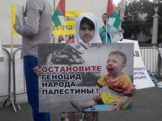 Девочка сострадает жертве израильских бомбежок