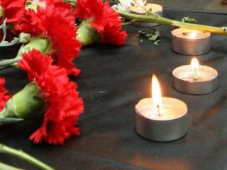 Москвичи несут цветы к посольству Палестины