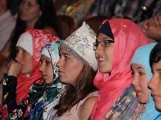Татарская молодежь : женский головной убор – платок – является традиционным национальным головным убором