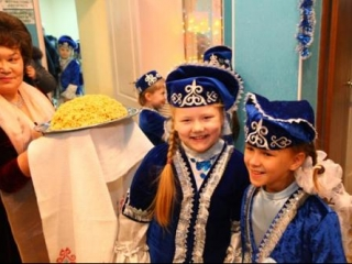 Девочки в татарских национальных костюмах