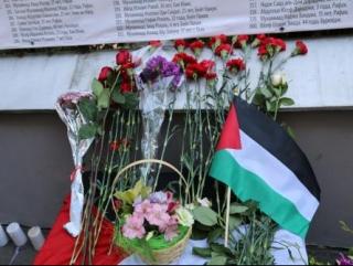 Вдоль ограждения посольства натянуто полотнище с именами 1865 погибших в секторе Газа