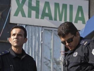 Полицейские стоят у одного из мест проведения рейда