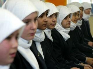 Розничная сеть выпустила в продажу школьную форму с хиджабом