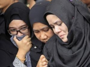 Малайзия со скорбью встретила останки жертв MH17