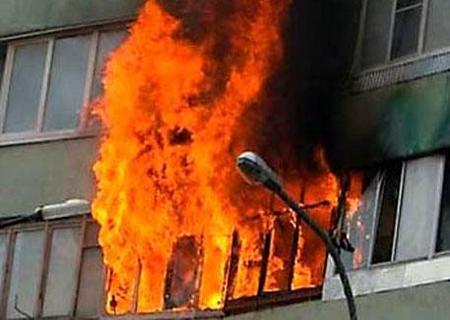 Мужчина с помощью резинового шланга залил в квартиру соседа легковоспламеняющуюся жидкость и поджег ее