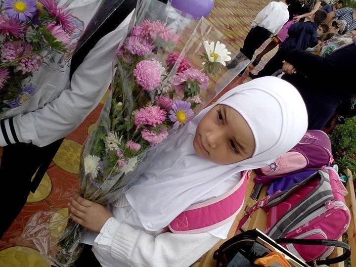 Девочка на школьной линейке по случаю Дня знаний