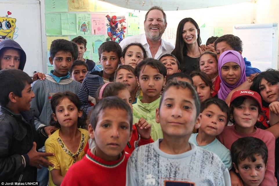 Вайнштейн с женой в окружении сирийских беженцев