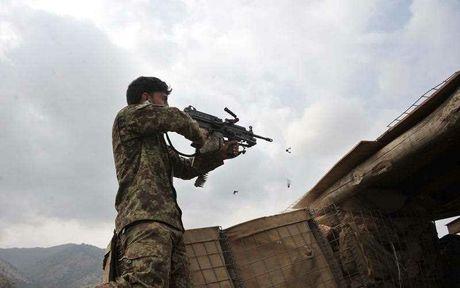 Афганский военнослужащий ведет огонь по позициям талибов (Фото:  Noorullah Shirzada, AFP)