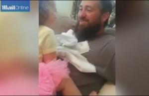 Отец напугал ребенка сбритой бородой (Видео)
