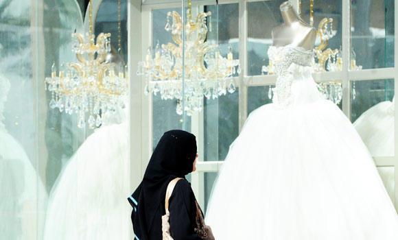 Саудовская невеста выбирает свадебное платье
