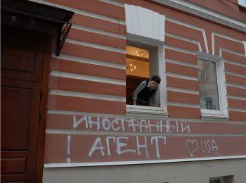 С лета этого года Минюст имеет право принудительно вносить НКО в реестр иностранных агентов