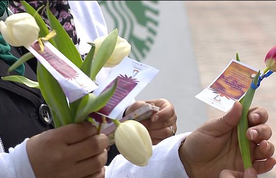 Мусульмане подарили горожанам розы с изречениями пророков