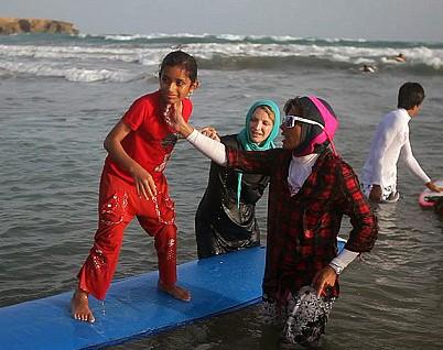 Хиджаб не мешает иранкам покорять волны