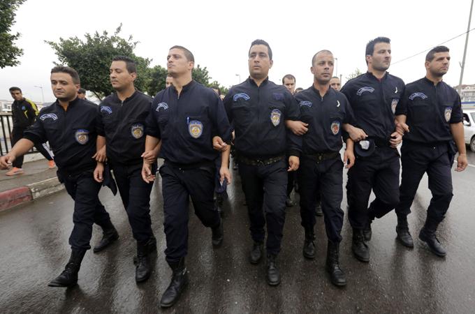 Алжирские полицейские протестуют