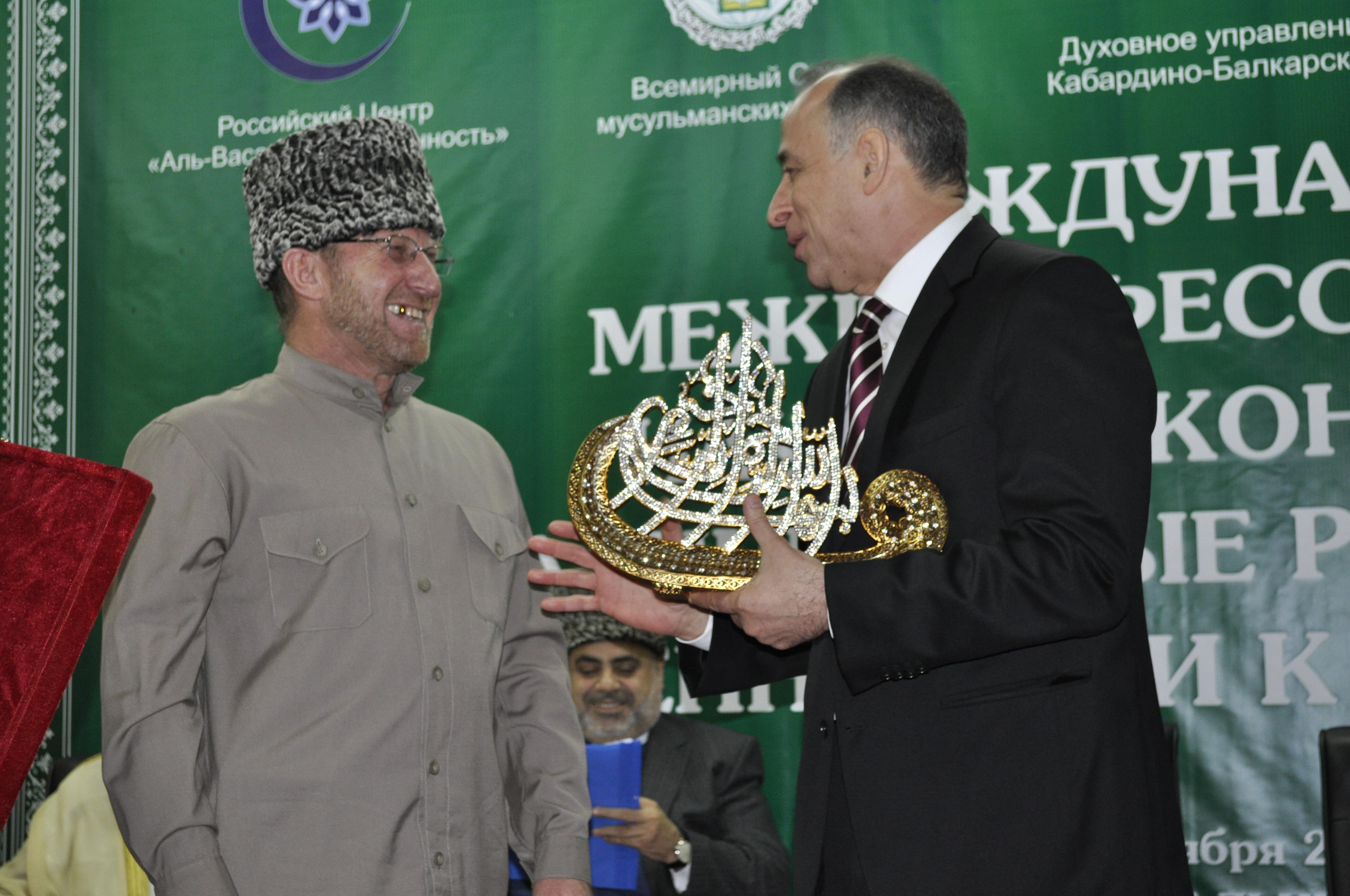 Глава республики оценил подарок муфтия. Фото: ДУМ КБР