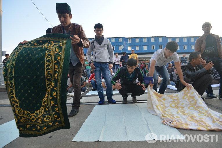 Мусульмане во время празднования Ураза-байрама в Москве (Фото: РИА Новости)