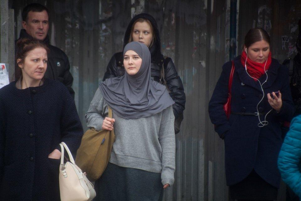 Светская журналистка Юлия Рейснер в хиджабе в центре Москвы (Фото: The Village)