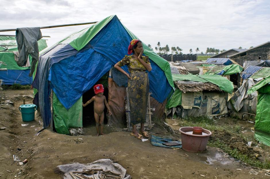 В таких палатках беженцы рохинья живут годами