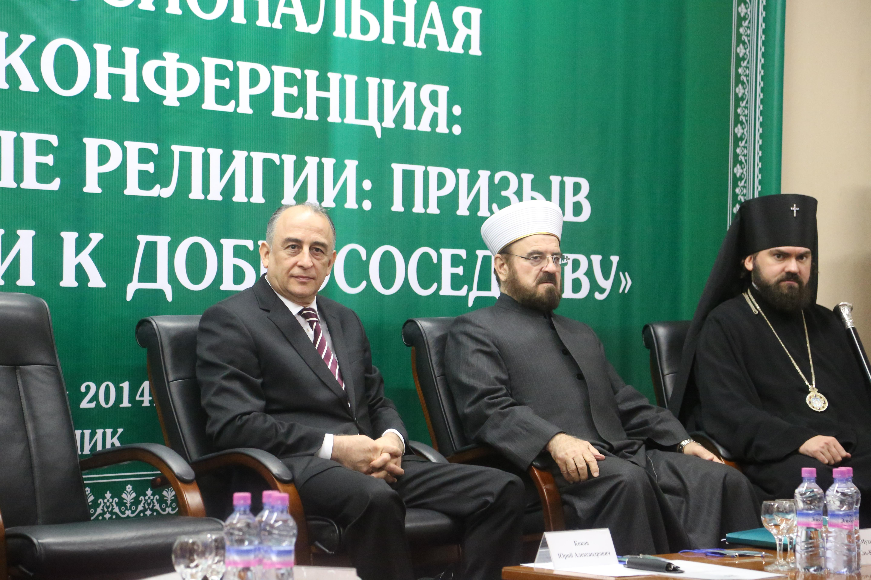 Слева направо: Глава КБР Юрий Коков, генсек ВСМУ шейх Али аль-Карадаги, архиепископ Пятигорский и Черкесский Феофилакт