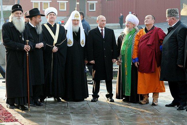 Президент РФ с лидерами традиционных конфессий во время церемонии возложения цветов. 04 ноября 2014г. (Фото: пресс-служба Кремля)