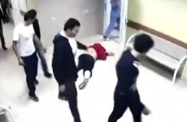 Группа молодчиков убивает человека на глазах медперсонала