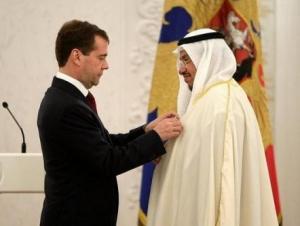 Дмитрий Медведев награждает орденом первого заместителя министра исламских дел Кувейта