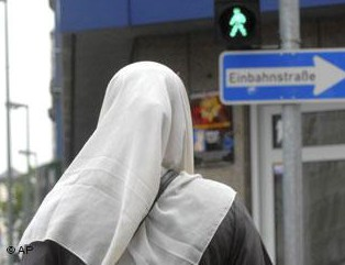 Немцы вчетвером набросились на мусульманку, сбитуюими на переходе
