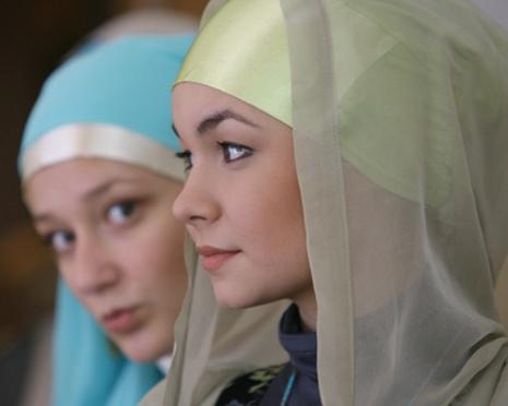 Гаранта Конституции просят защитить права российских мусульманок