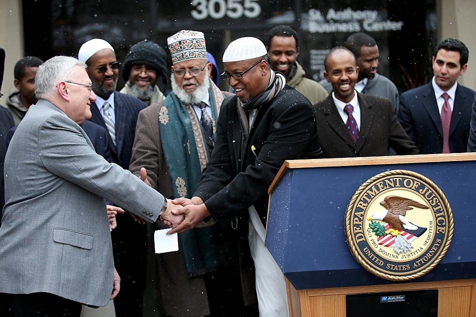Мэр пожимает руку имаму в знак примирения