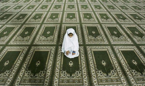 Юная мусульманка читает мавлид на разных языках