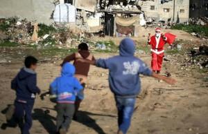 Житель района Шуджайя в костюме Санта Клауса вызвал восторг у детей