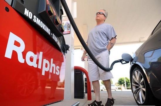 Розничные цены на бензин в США упали до рекордного уровня