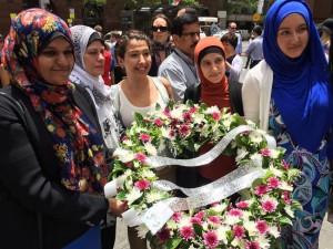 Незнакомцы обнимают мусульманок у мемориала в Сиднее